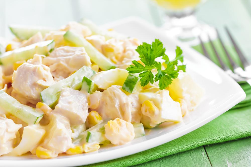 Вкусный салат из ананасов, курицы и отварных шампиньонов — со смешанными ингредиентами.